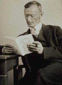 200px-Hermann_Hesse_1927_Photo_Gret_Widmann.jpg