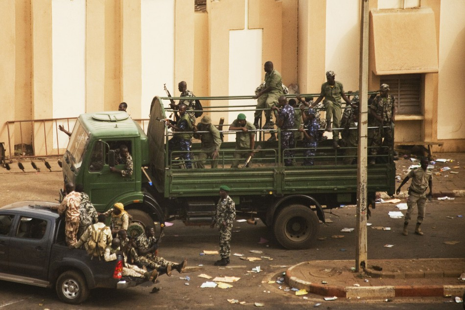 252844-malian-soldiers-and-security-forces-gather-at-the-offices-of-the-state.jpg