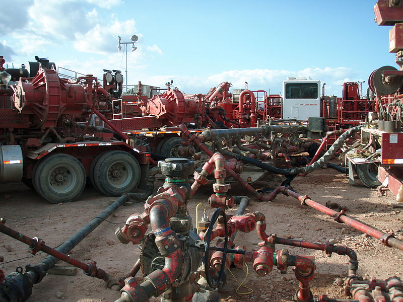 800px-Halliburton_Frack_Job_in_the_Bakken.JPG
