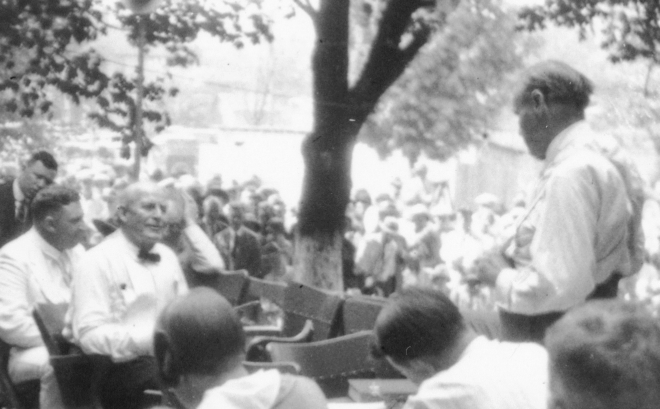 Tennessee_v._John_T._Scopes_Trial-_Outdoor_proceedings_on_July_20,_1925,_showing_William_Jennings_Bryan_and_Clarence_Darrow._(2_of_4_photos)_(2898243103)_crop.jpg